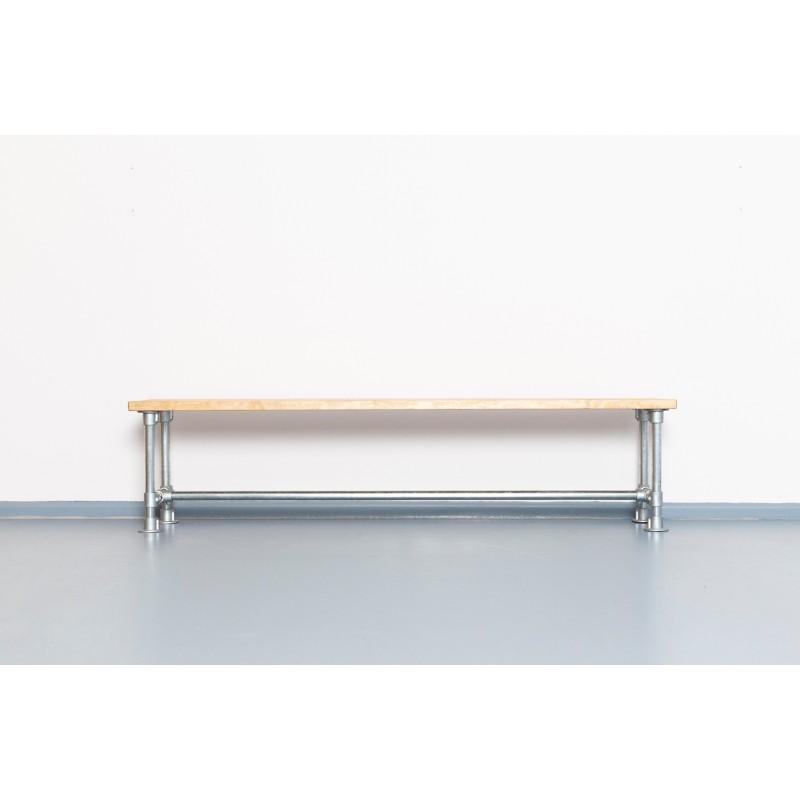Sitzbank aus Gerüstrohr und Bauholz | THEO