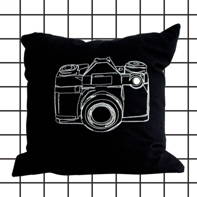 poimia kukkia: schwarze Kissenhülle KUVA mit Stickerei, Kamera