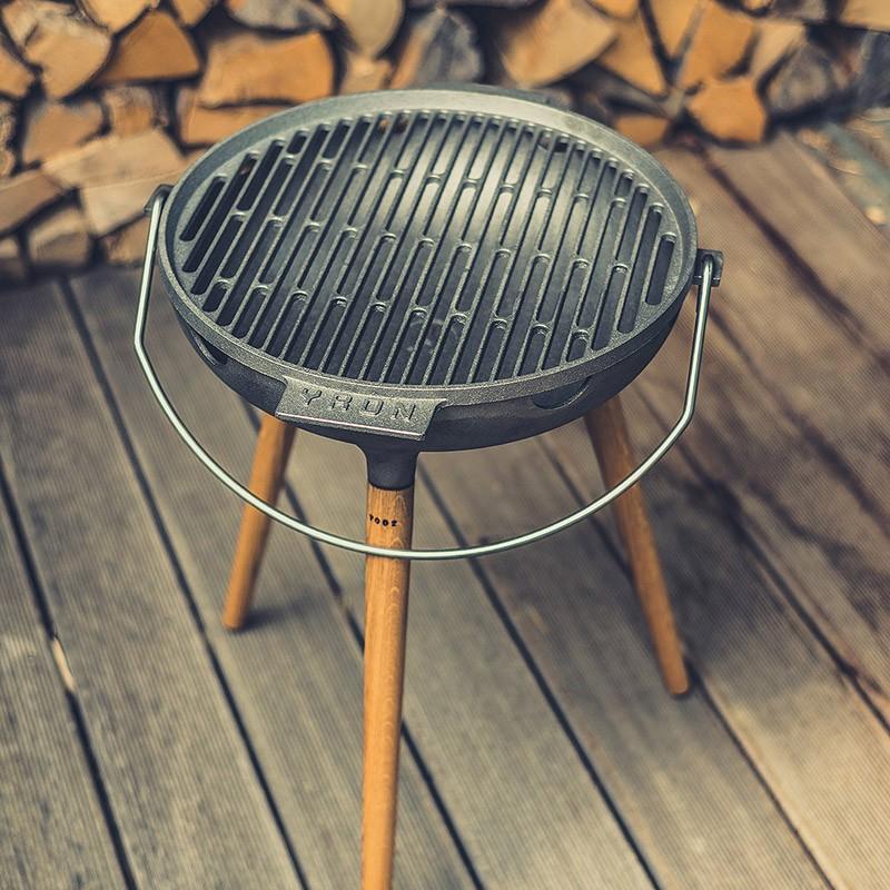 YRON Gussgrill. Der BBQ Grill für deinen Garten, Balkon oder deine Terrasse. Auch als Feuerschale nutzbar. Gusseisen und Eichenholz.