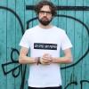 """KINDERGELD ORGANIC Mens Classic T-Shirt """"BIRTE"""" (ICH SPIEL MIT PUPPEN) weiß"""