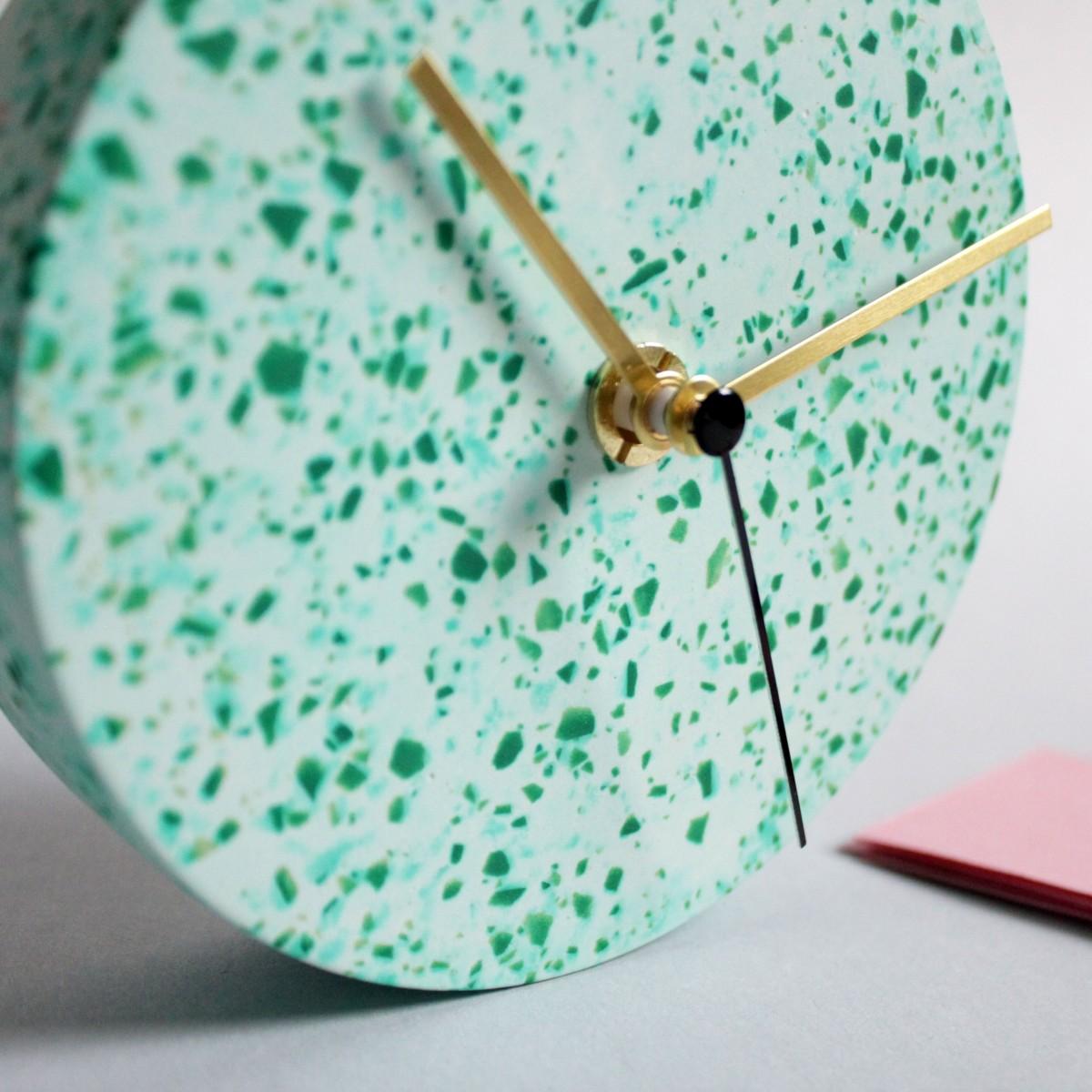 Kleine Wanduhr mit Uhrzeiger aus Messing / tükis / objet vague