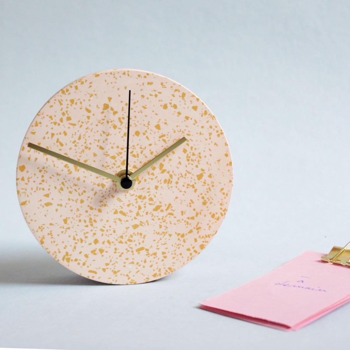 Kleine Wanduhr mit Uhrzeiger aus Messing / Koralle / objet vague