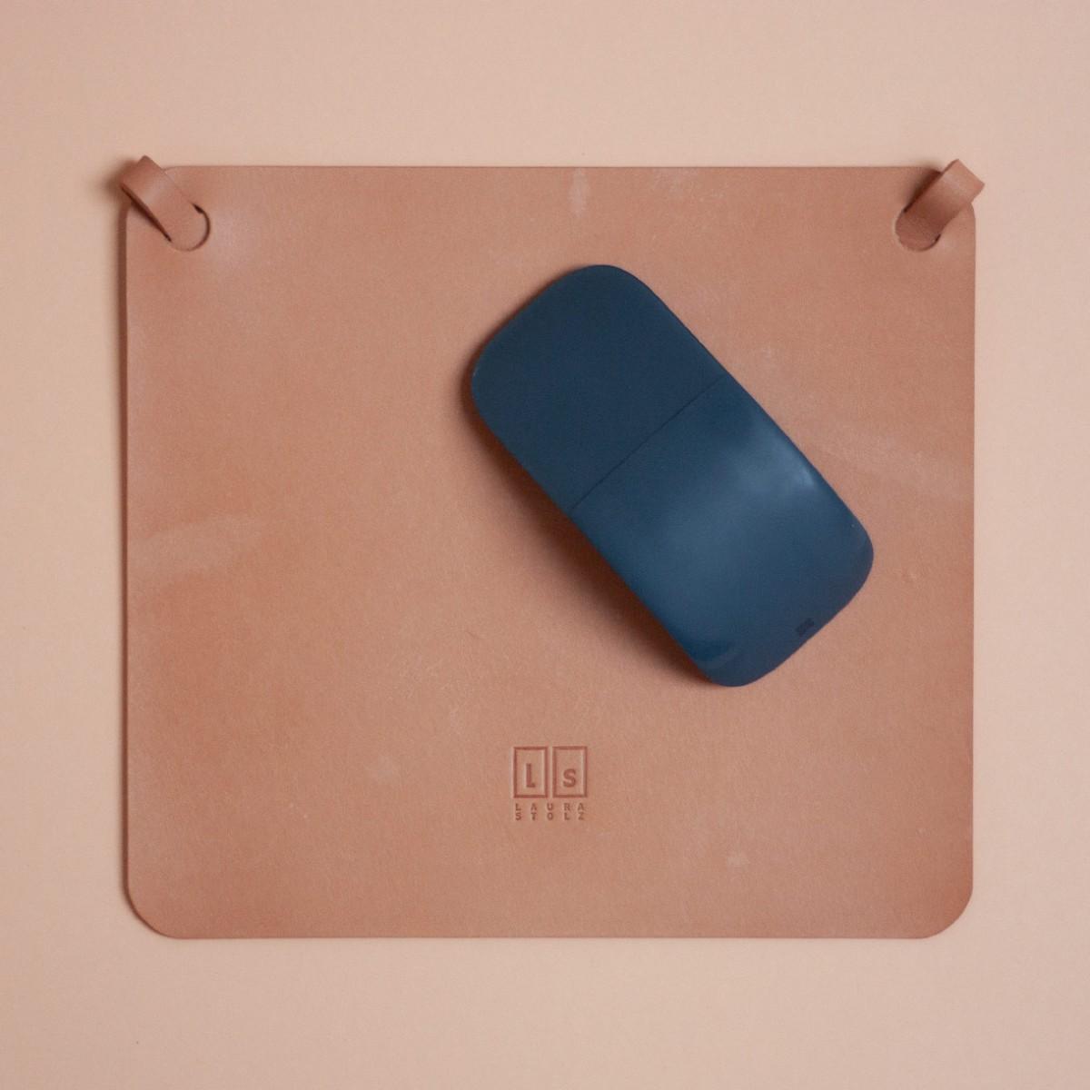 Laura Stolz / Mousepad aus pflanzlich gegerbtem Leder / beige