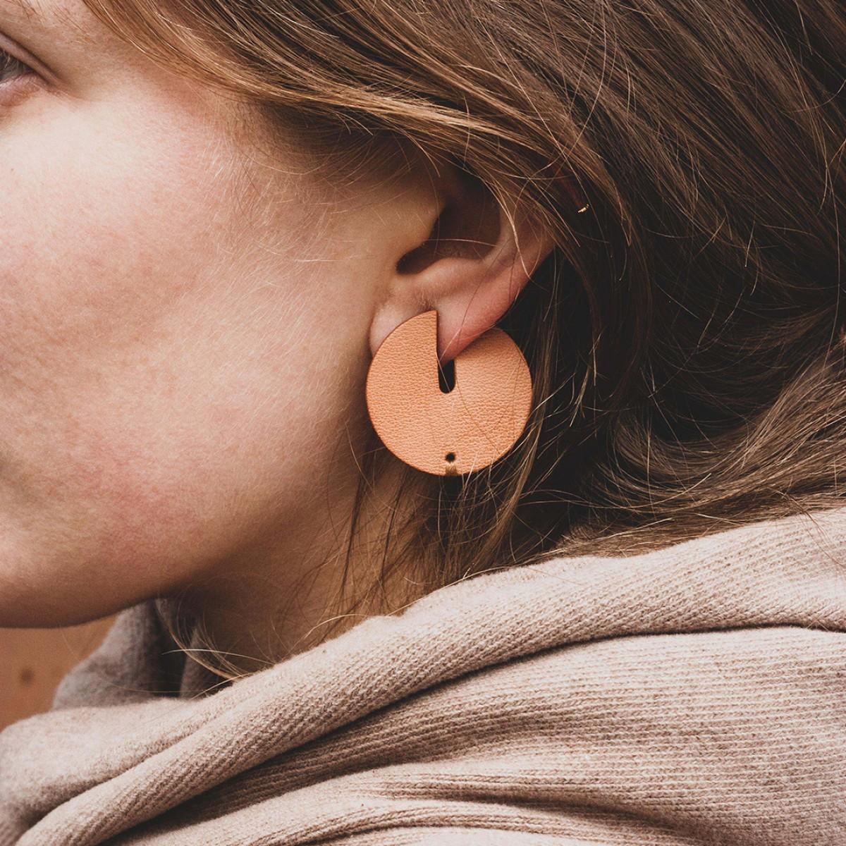 Laura Stolz / runde Statement Ohrringe aus Naturleder und 925 Silber // Vollmond / beige