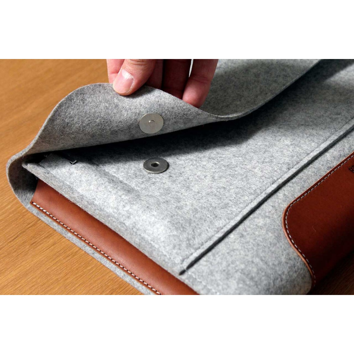 "Laptop / MacBook Pro / iPad Pro Folio Case, Laptoptasche ""Corriedale"" 100% Merino Wollfilz, Pflanzlich gegerbtes Leder"