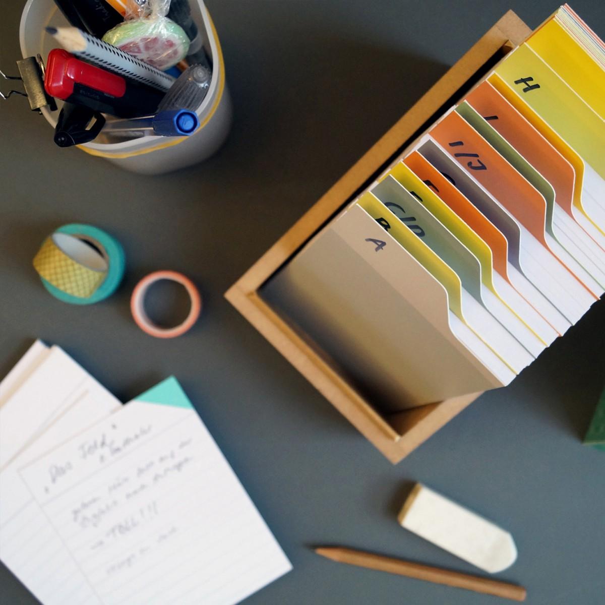Box mit rotem Deckel und Etikettenschild, Sammelbox mit Registern und Blankokarten, Kiste zum Aufbewahren, sperlingb.design