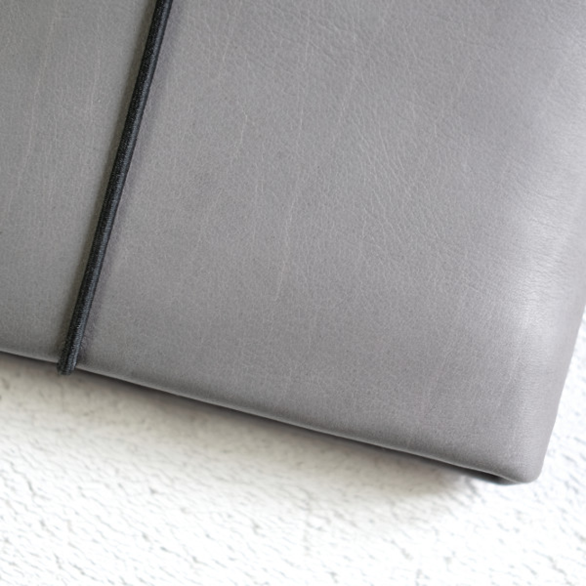 MacBook Sleeve aus grauem Leder