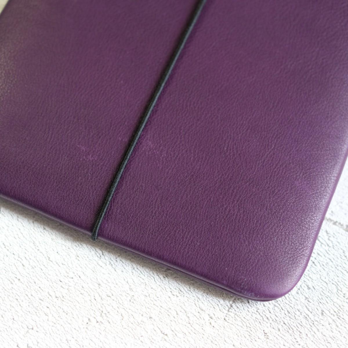 MacBook Sleeve aus violettem Leder