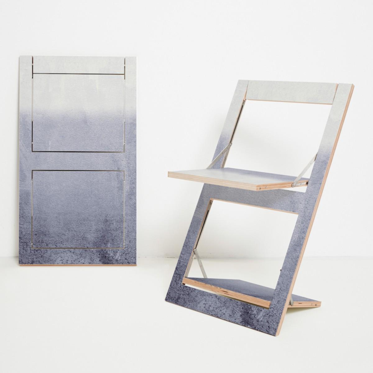 Ambivalenz Fläpps Klappstuhl – Fading Grey by Monika Strigel