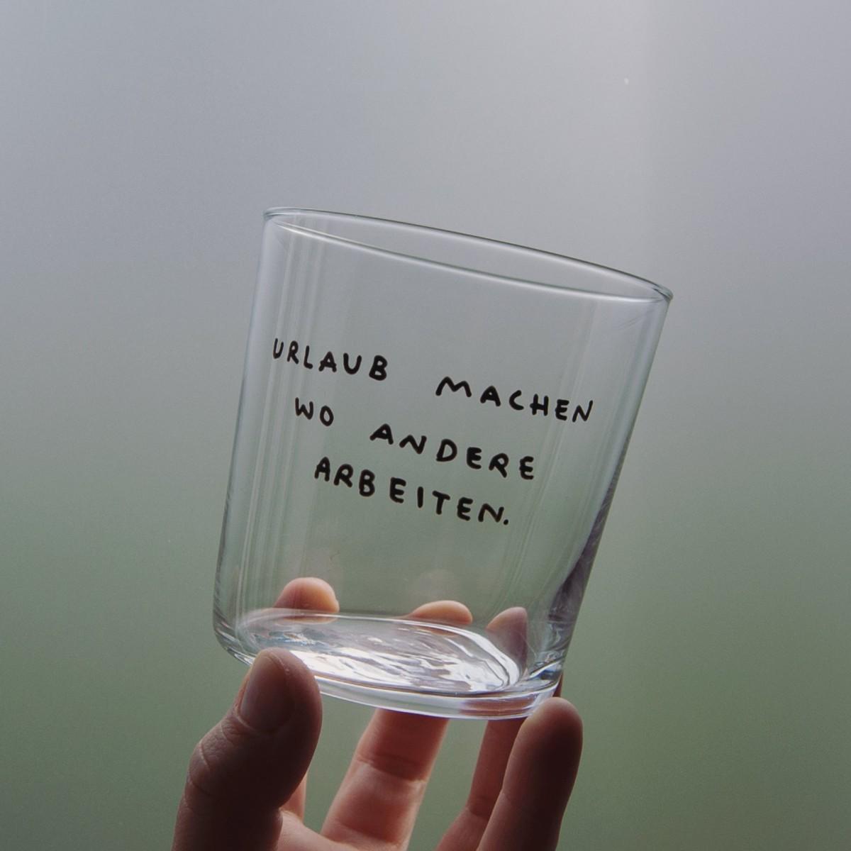URLAUB MACHEN WO ANDERE ARBEITEN Glas – Johanna Schwarzer