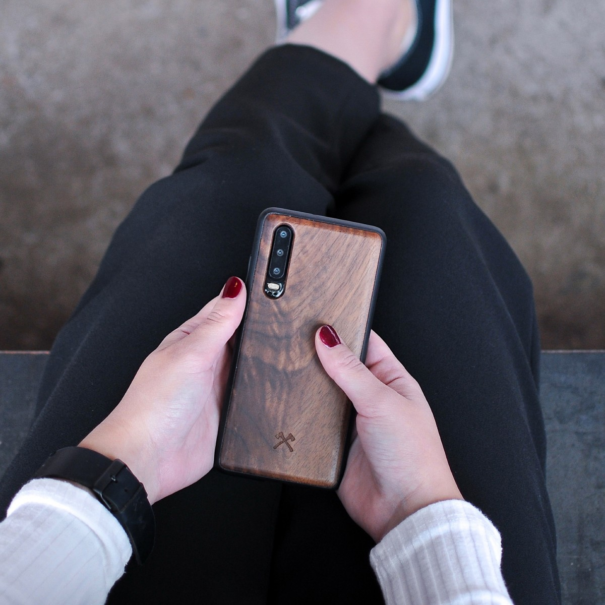 Woodcessories - EcoBump - Premium Design Hülle, Case, Cover, Schutzhülle für das Smartphone aus FSC zertifiziertem Walnuss Holz (Huawei P30)