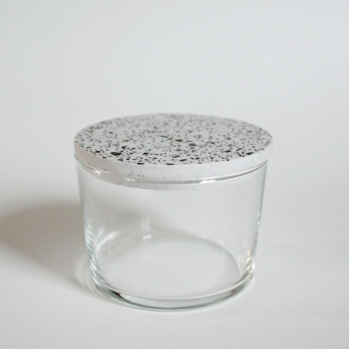Salzdose mit Terrazzo Deckel / weiße / objet vague