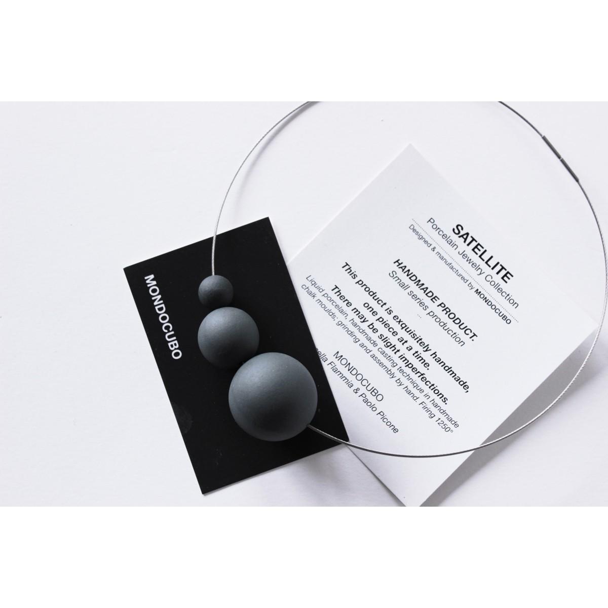 Limitierte Auflage Schwarze Porzellan Halskette PLUTONE aus der SATELLITE Kollektion. Minimalistischer Schmuck
