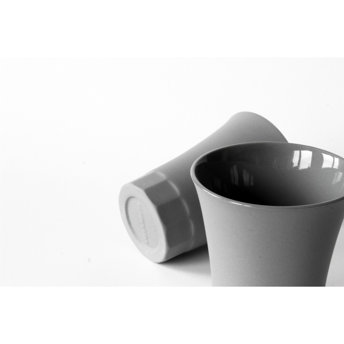 Komplettes Set, Karaffe, Becher und Espresso Schnaps Tassen, Grau Porzellan, POSITANO by the italian duo MONDOCUBO