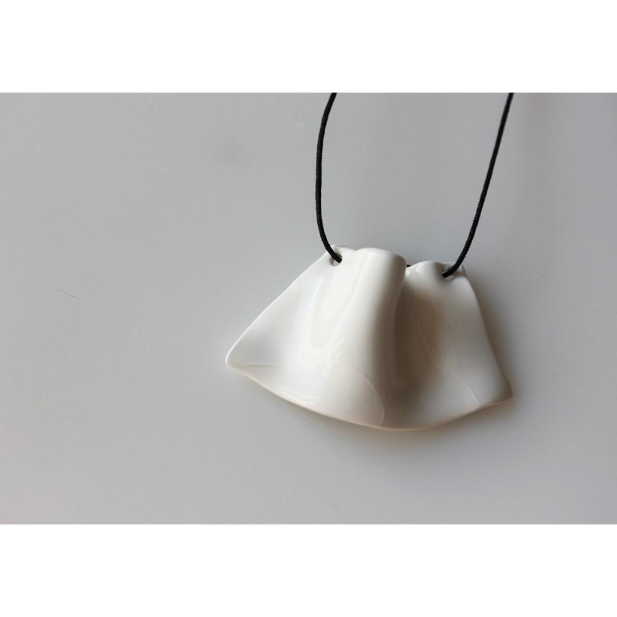 Skelini - Handgemachter Porzellan Anhänger Weiß Volant