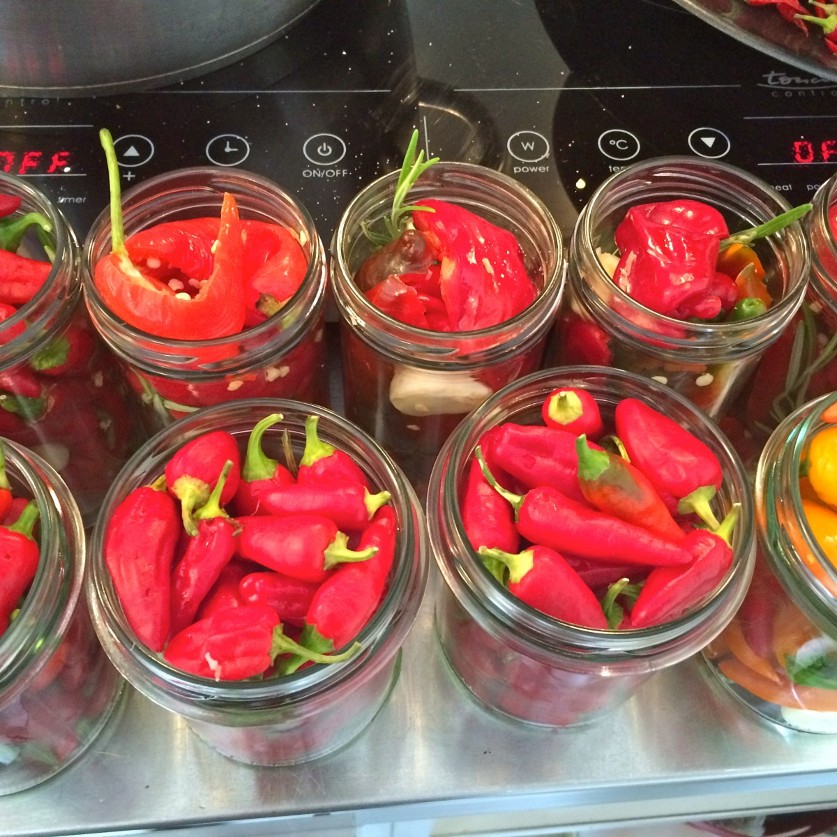 scharfe Chilis in Balsamico