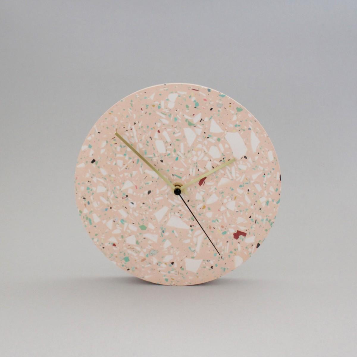 Terrazzo Wanduhr mit Uhrzeiger aus Messing / Koralle / objet vague