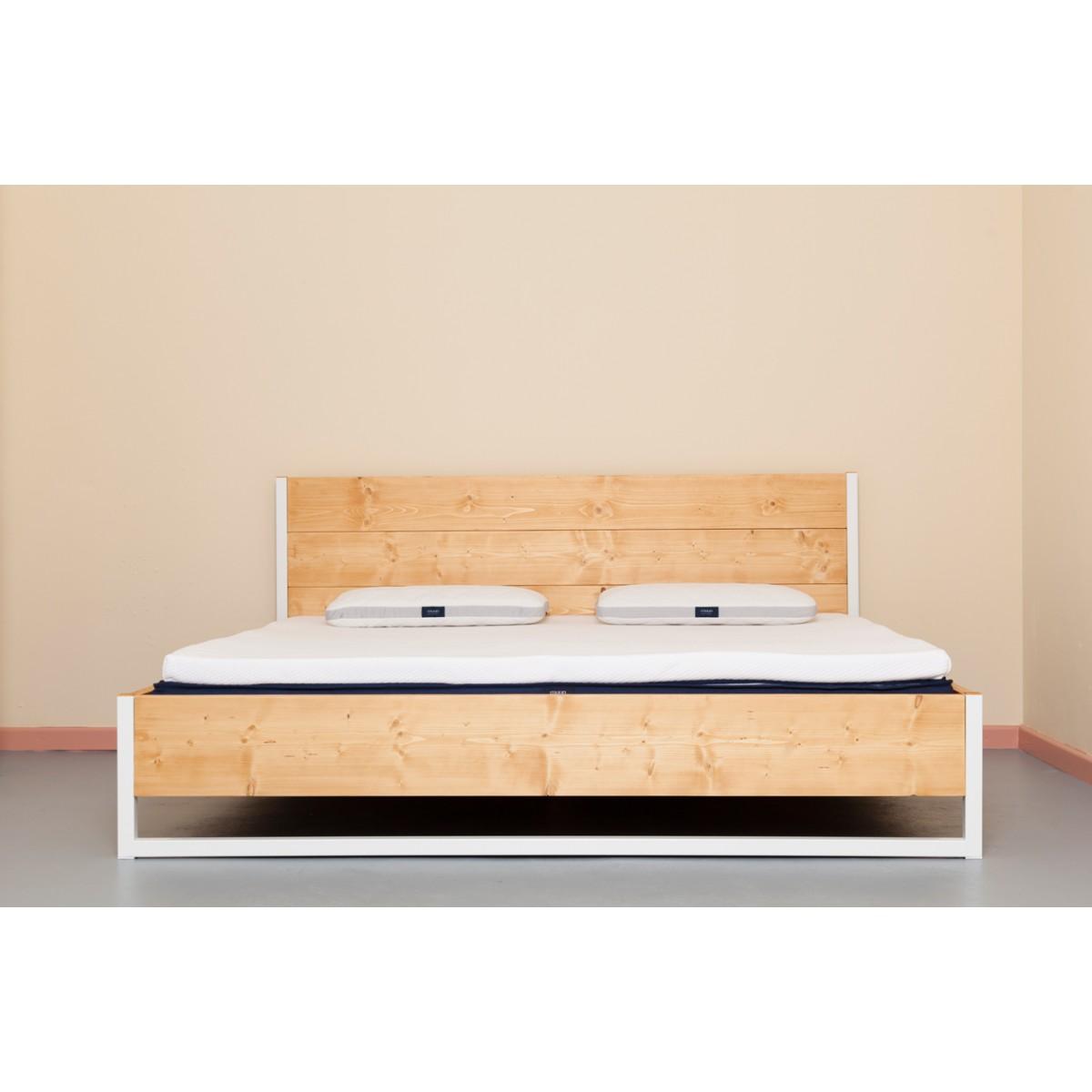 Upcycling Industrial Bett aus recyceltem Vollholz und Baustahl | LUBERON NATUR