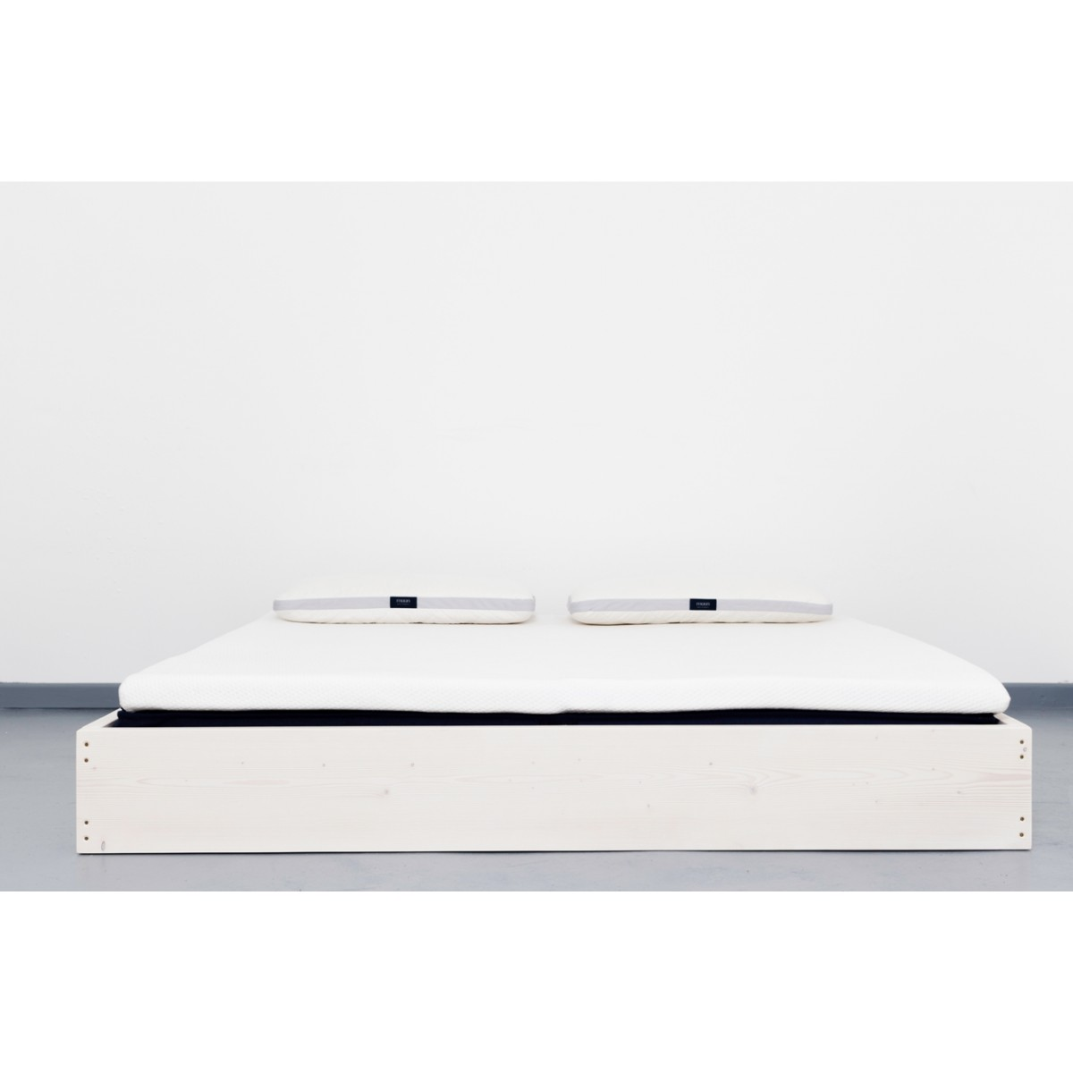 Puristisches Upcycling Bett aus recyceltem Massivholz | SIGONSE
