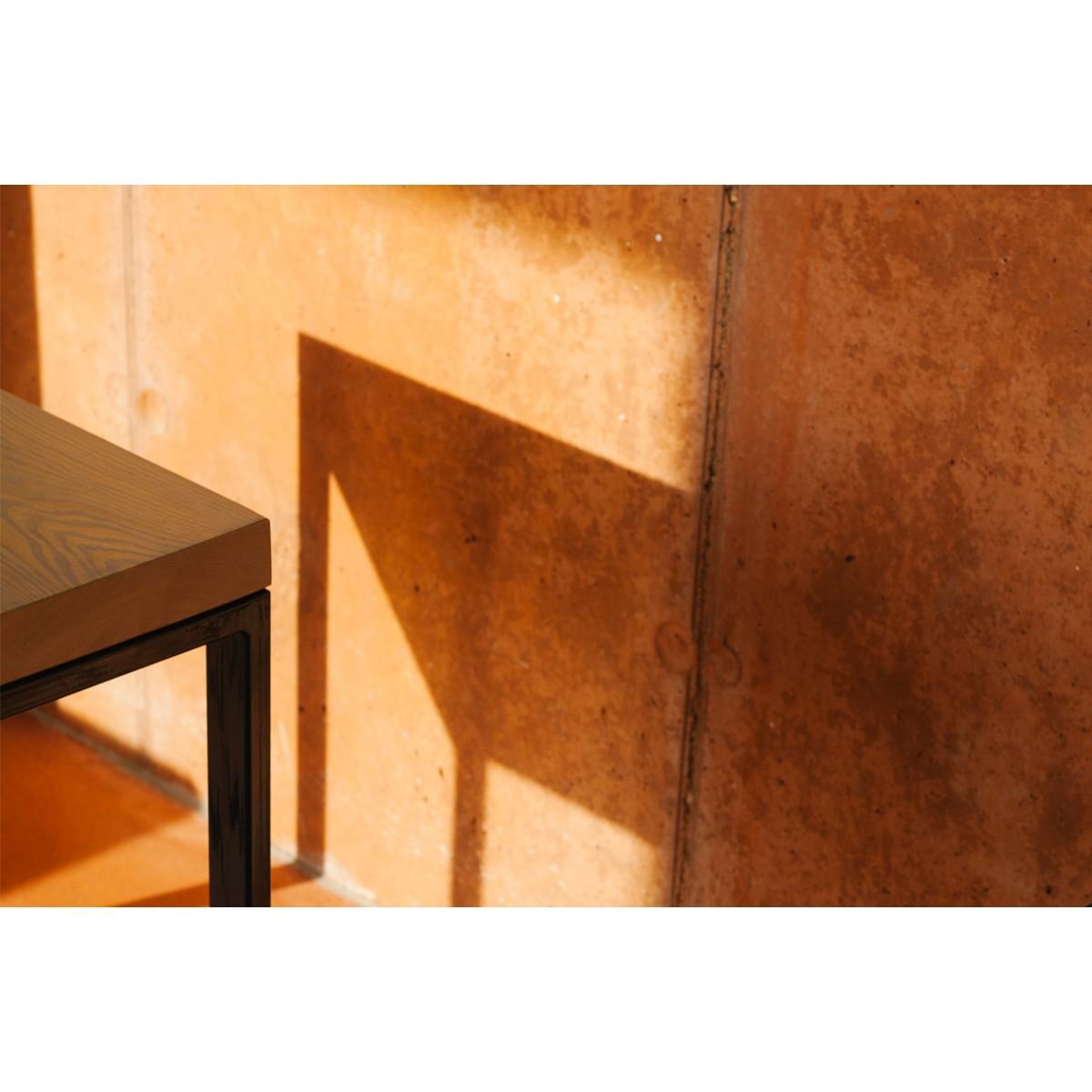 quadratischer upcycling tisch aus recyceltem bauholz und stahl gulpen midnight. Black Bedroom Furniture Sets. Home Design Ideas