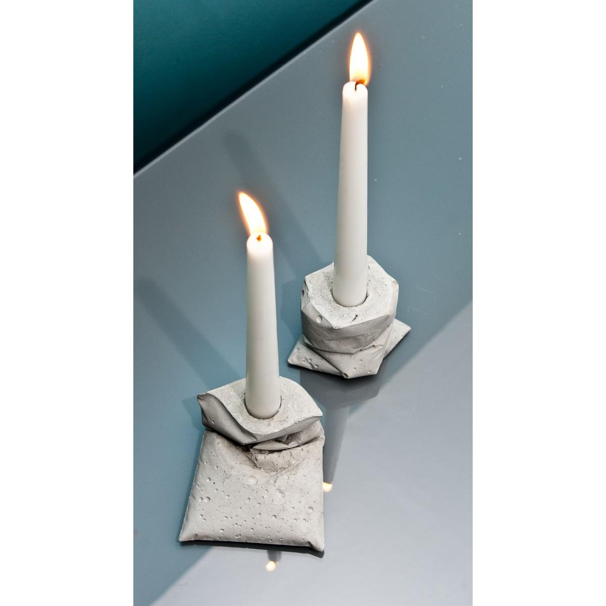 LJ κ, zwei Kerzenständer aus Beton