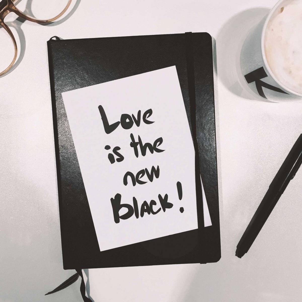 "Postkarten-Set ""Love is the new black"""
