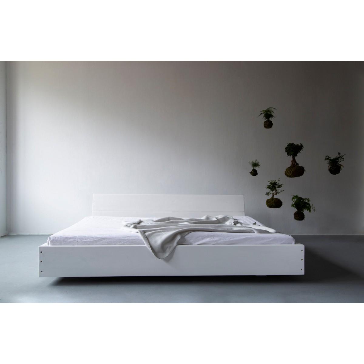 Bauholz Bett Lussan White Wash mit schräger Lehne