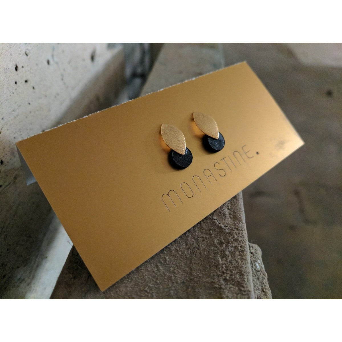 "MONASTINE - Ohrstecker ""Blad №1"" – Leder schwarz – Stecker Silber vergoldet"