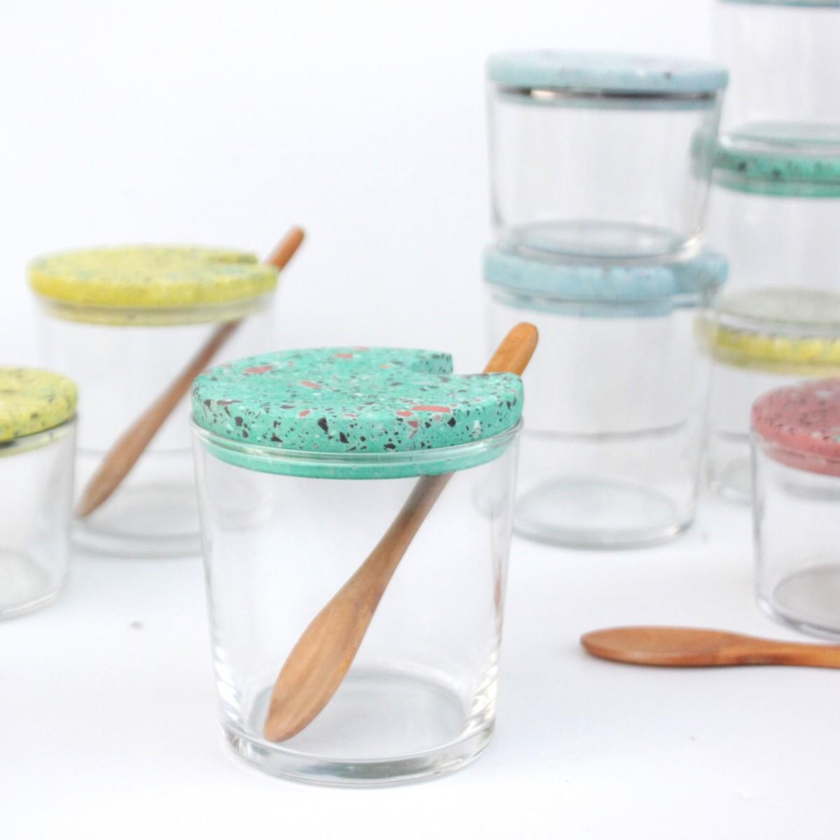 VLO design / Großes Glas mit Holzlöffel & rotem Deckel