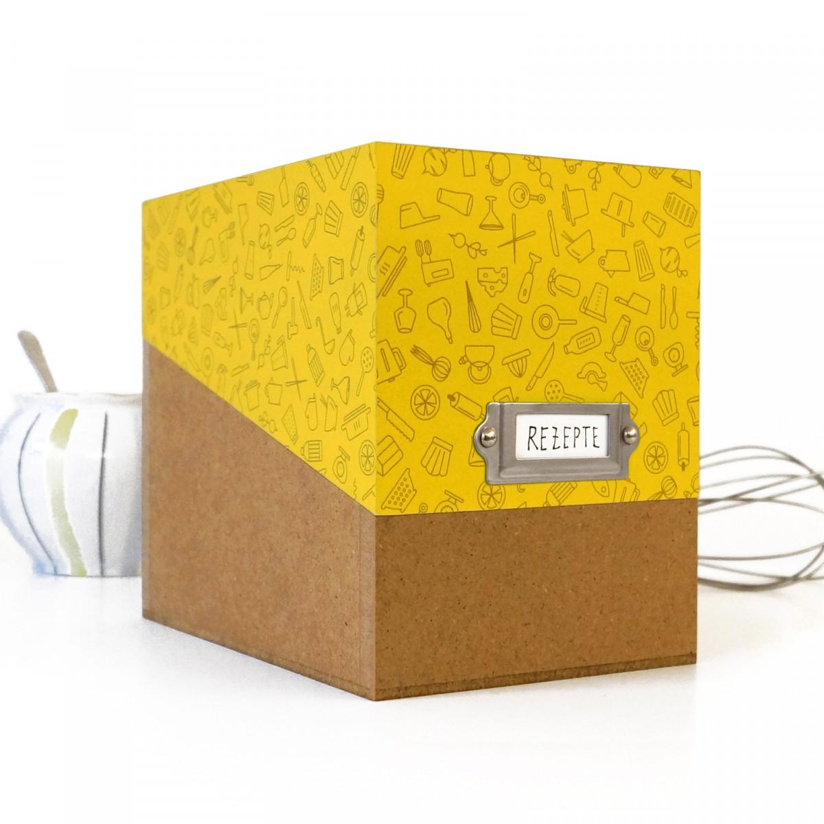sperlingB – Rezeptbox, gelbes Muster, Karteikartenbox für Rezepte, mit Metallschild