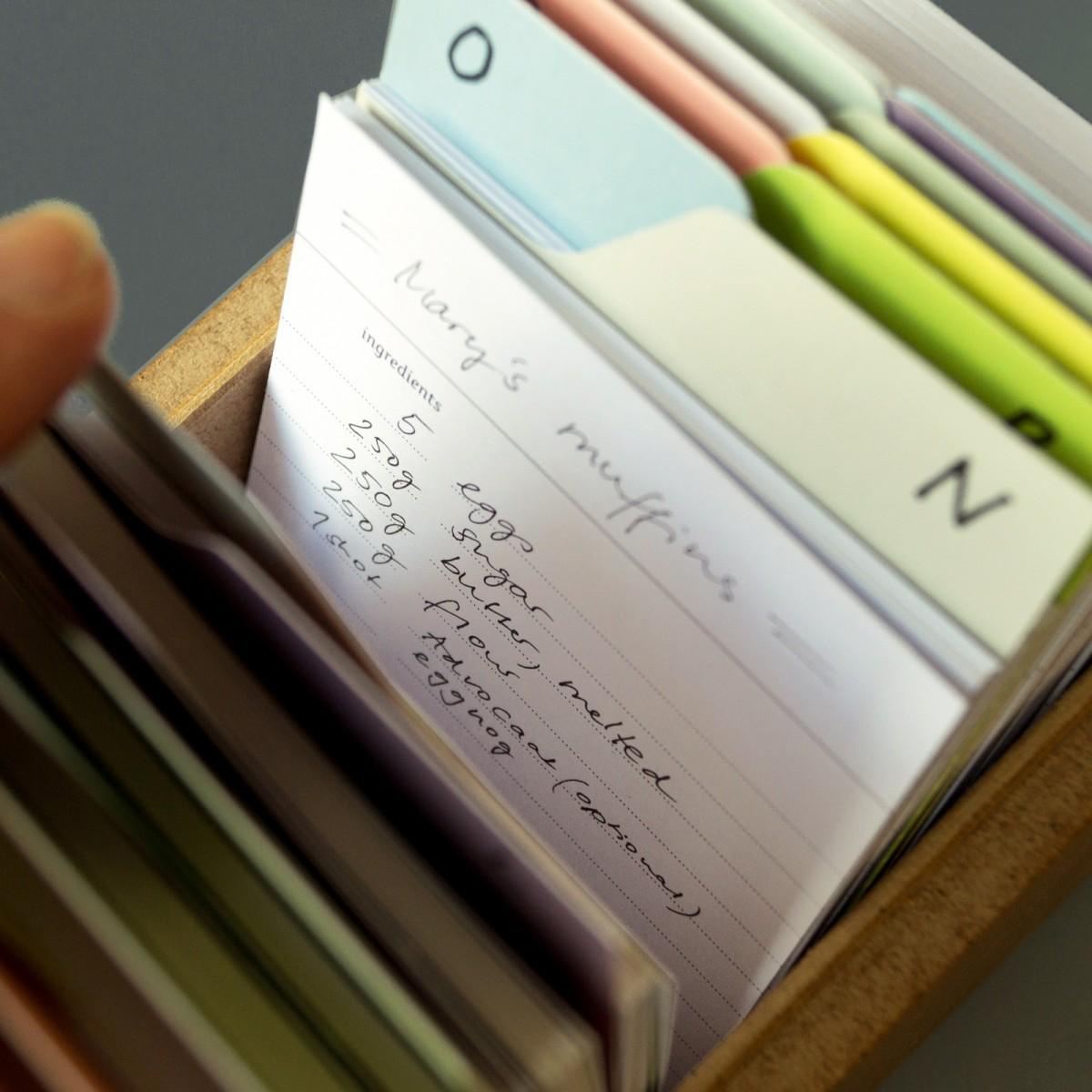 sperlingB – Rezeptbox, gelbes Muster, Karteikartenbox mit Metallschild  für Rezepte