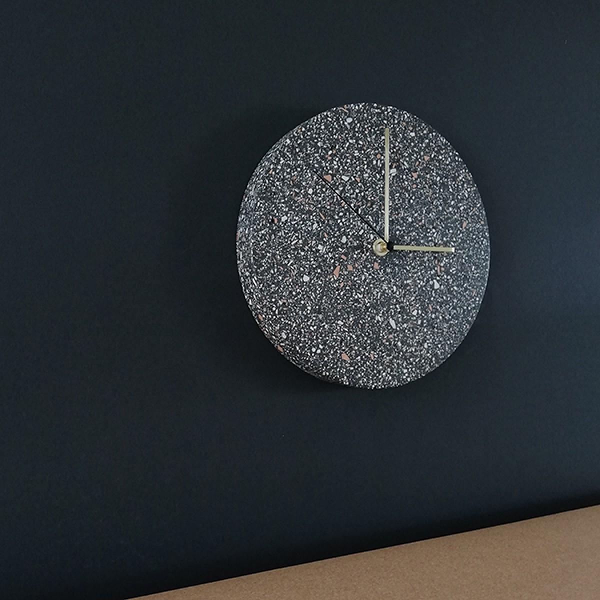 Terrazzo Wanduhr mit Uhrzeiger aus Messing_VLO design