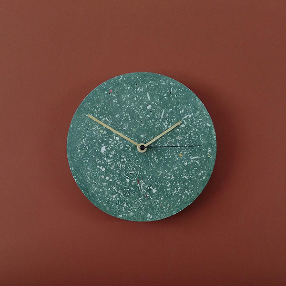 Terrazzo Wanduhr mit Uhrzeiger aus Messing, grün – VLO design