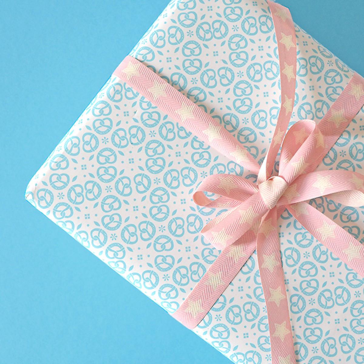 HEIMATFORMAT Geschenkpapier BREZEN Ornament blau // inkl. Versand