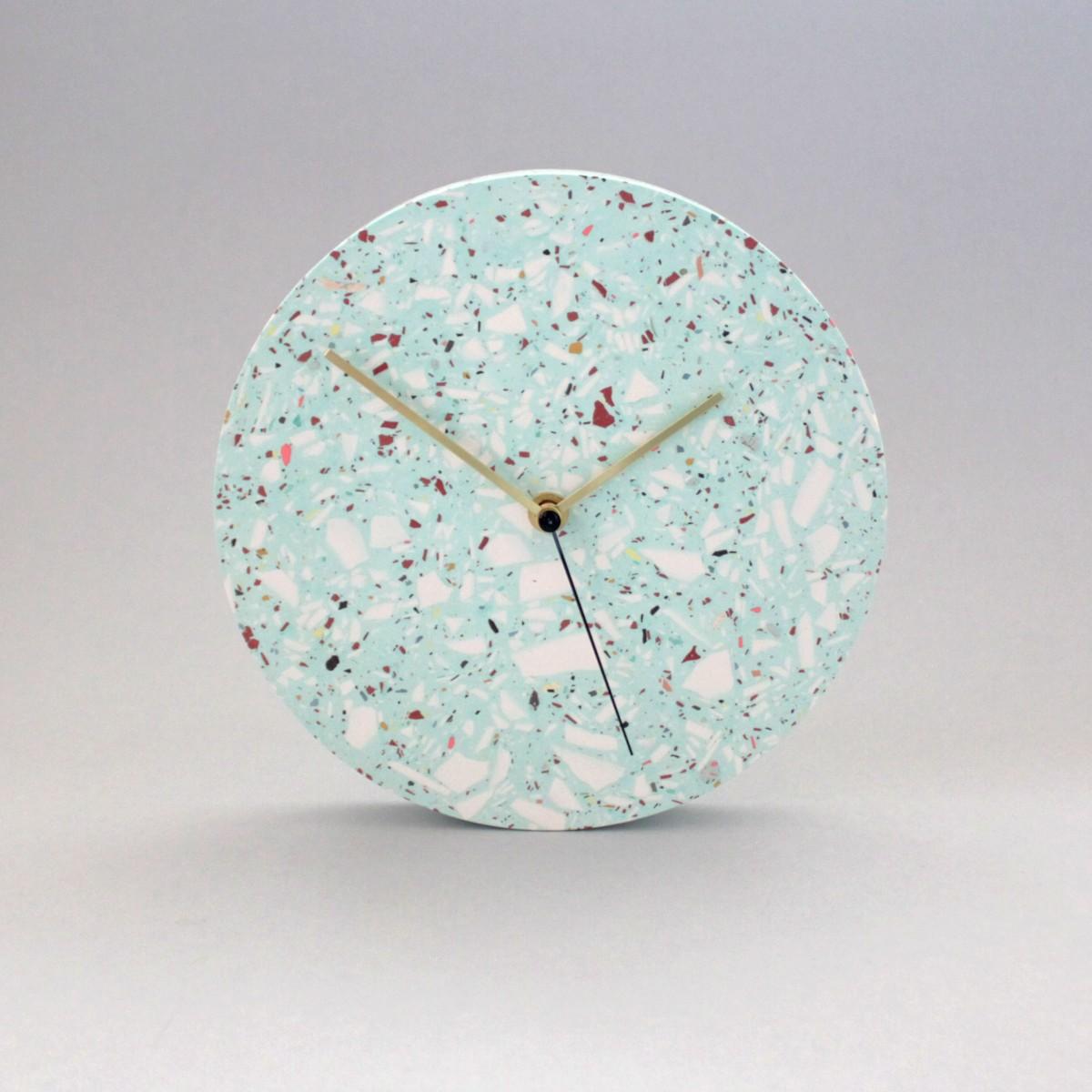 Terrazzo Wanduhr mit Uhrzeiger aus Messing, Türkis / objet vague