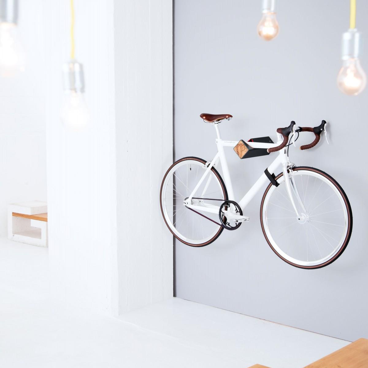 Stilvolle Design Fahrrad Wandhalterung   PARAX® D-RACK   für Rennrad, Hardtail, Cityrad & Tourenrad   Schwarz-Rot mit Oliven Holz
