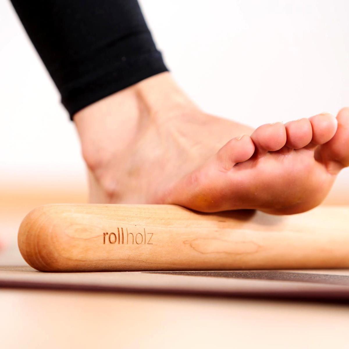 rollholz – Minirolle aus Holz für punktuelle Massage von Füßen, Arme & Beine