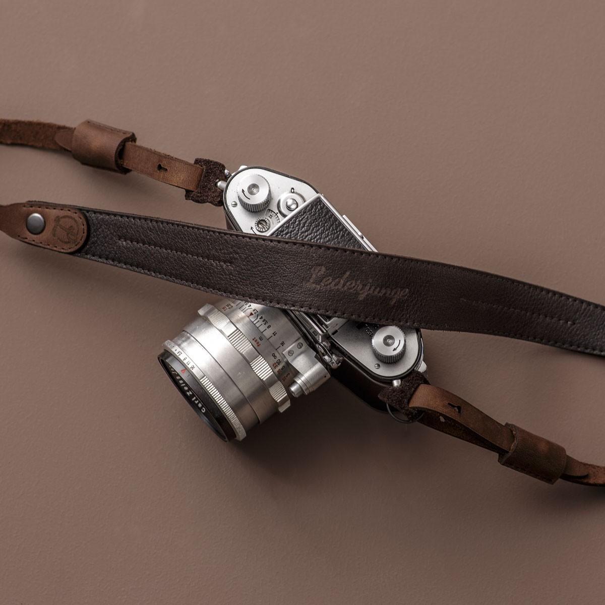 LEDERJUNGE – Kameragurt »JONATHAN« aus Rhabarberleder (braun)