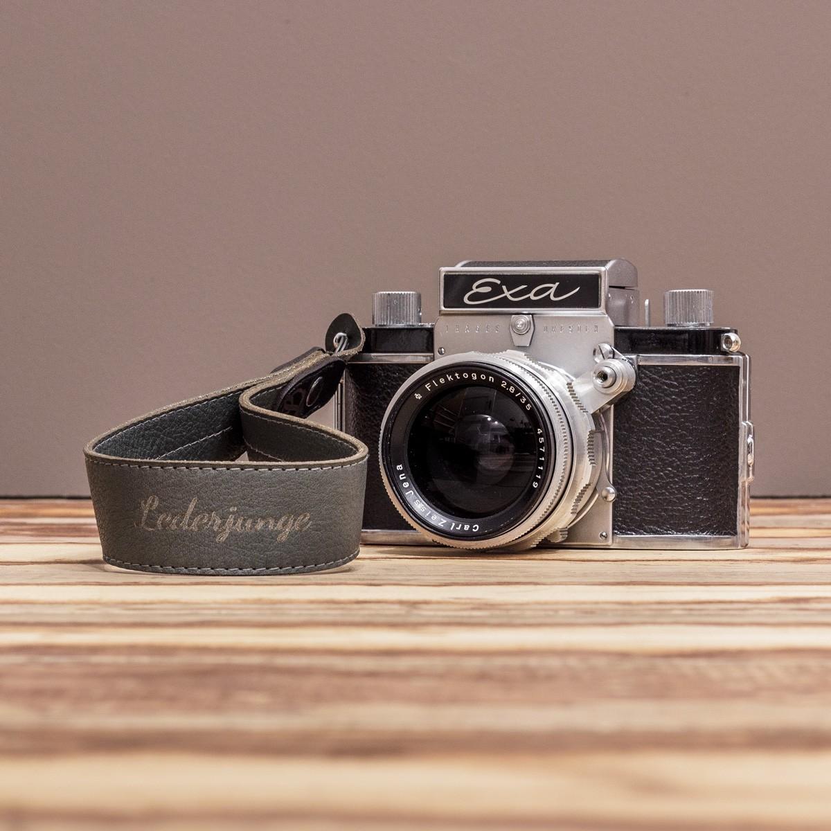 LEDERJUNGE – Kamera-Handschlaufe »FELIX« aus Rhabarberleder (grau)
