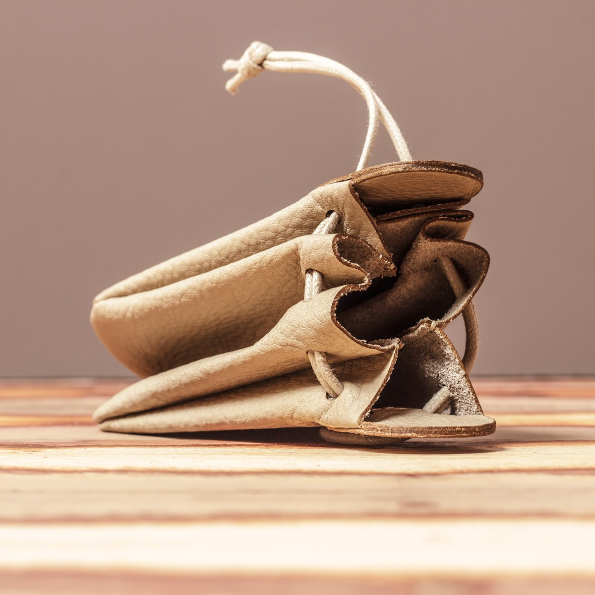 LEDERJUNGE – Klingelbeutel »VALENTIN« aus Rhabarberleder (sand)