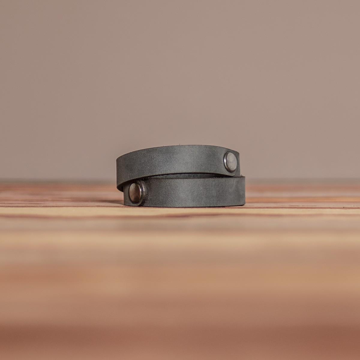 LEDERJUNGE – Nietenarmband, Armband »CARLOS« aus Rhabarberleder (grau)