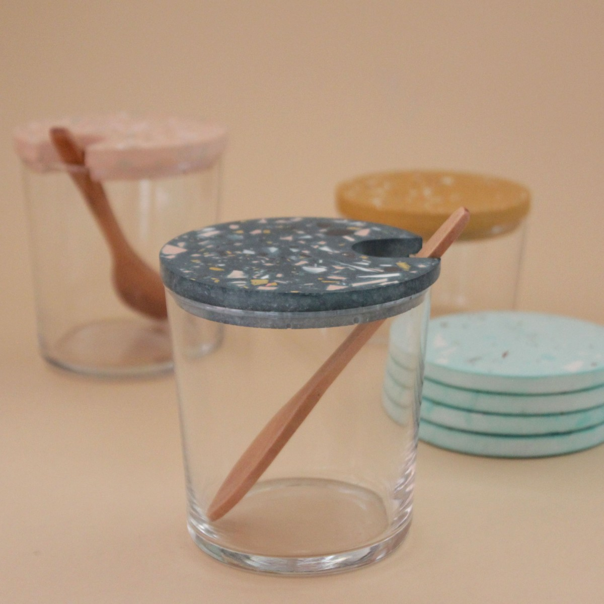 Terrazzo Großes Glas mit Holzlöffel / Petrol / objet vague