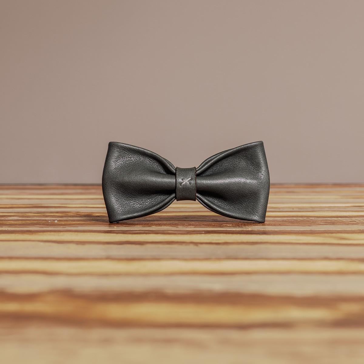 LEDERJUNGE – Querbinder »MORITZ« aus Rhabarberleder (grau)