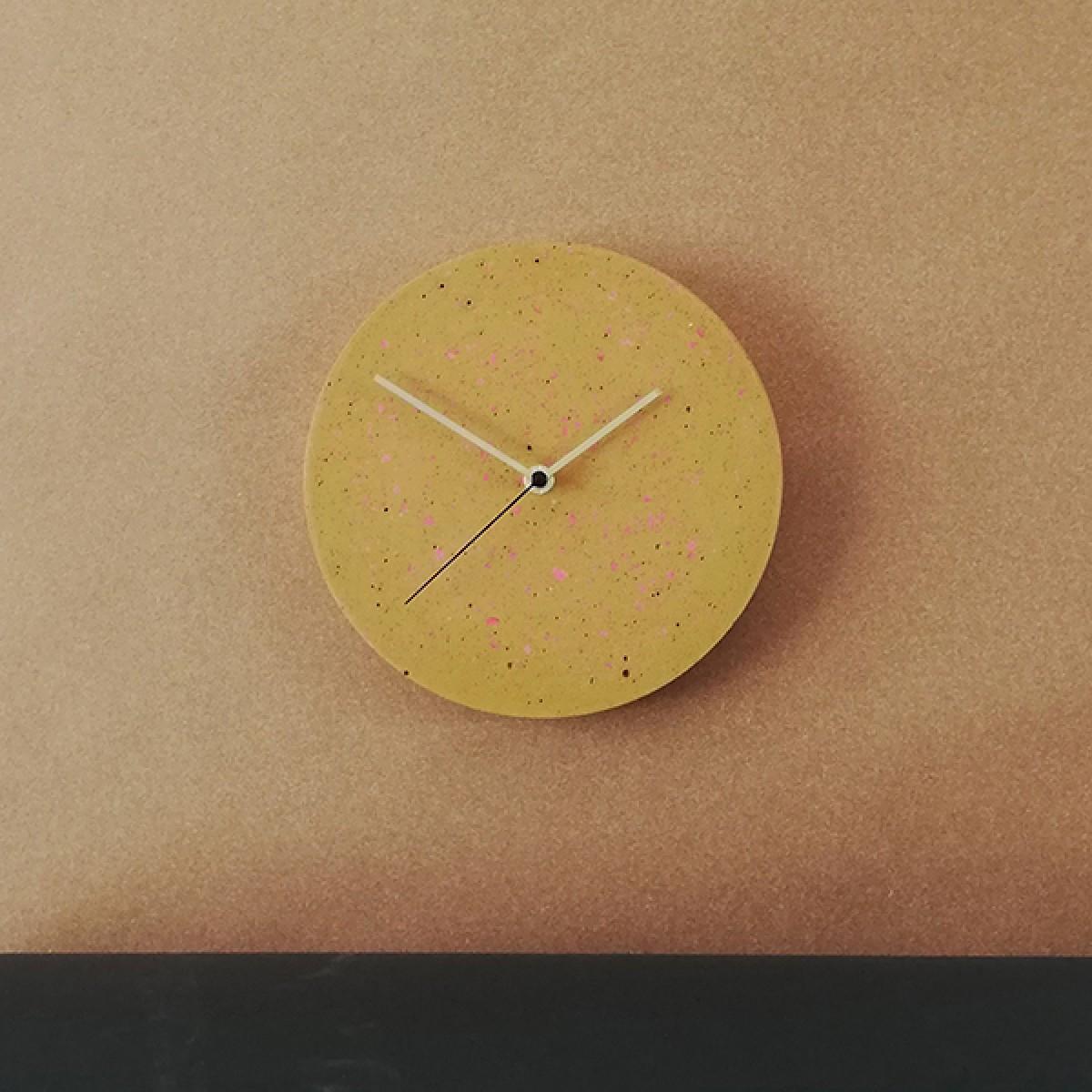Terrazzo Wanduhr mit Uhrzeiger aus Messing, gelb – VLO design