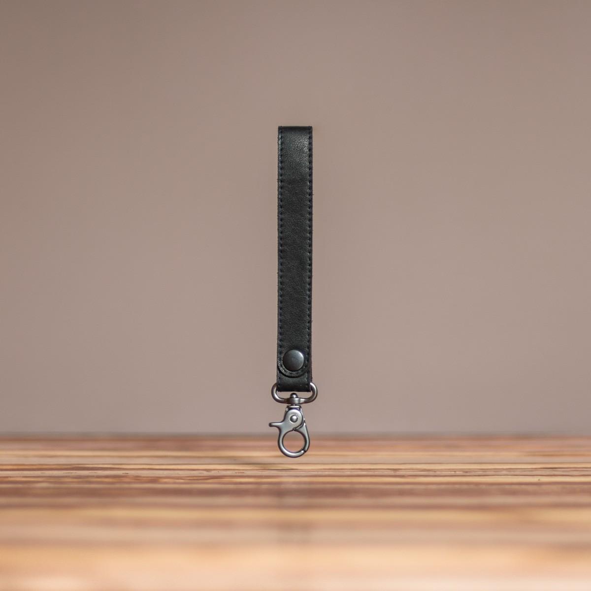 LEDERJUNGE – Schlüsselband »ARNE« aus Rhabarberleder (schwarz)