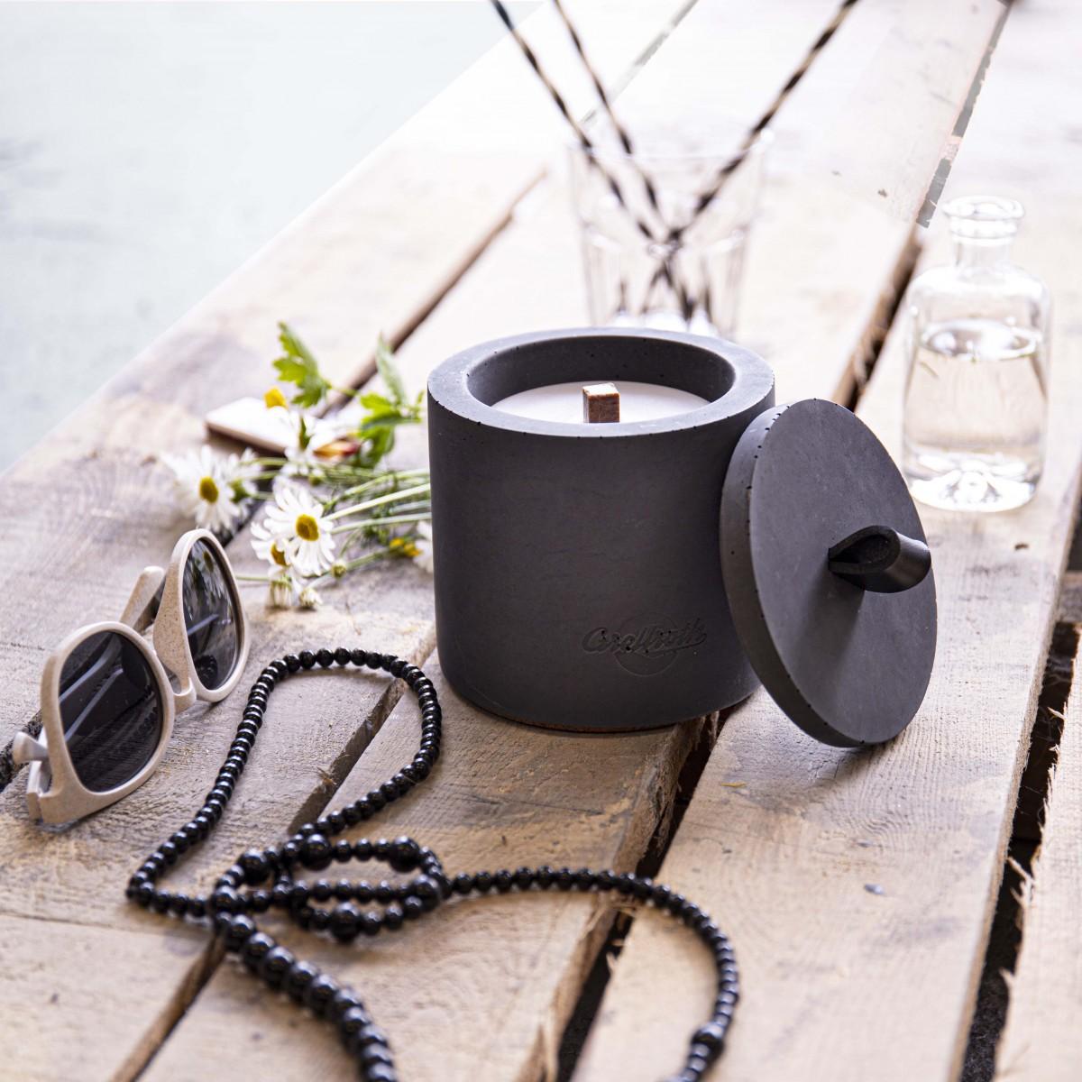 """Beton-Outdoor-Feuer """"DARK"""" (Höhe 14 cm) - mit schwarzem Ledergriff. Oder: Der nachhaltige Wachs-Fresser von Grellroth Design"""