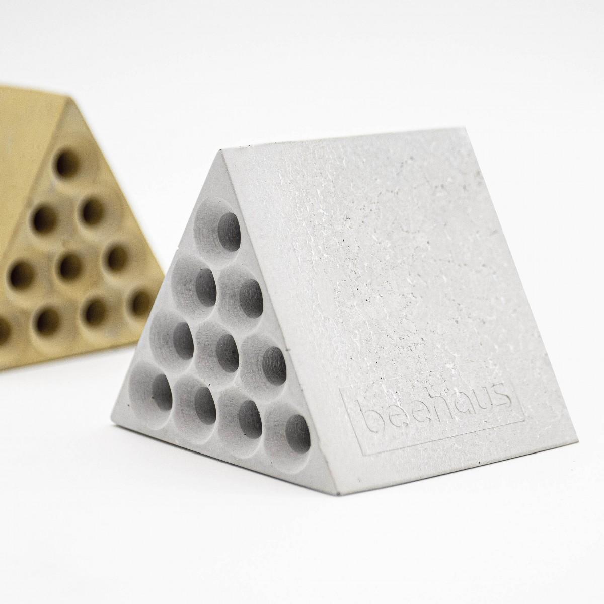 Nisthilfe beehaus (Dreieck) - Bienenhotel aus Beton im Bauhaus-Stil von Grellroth Design