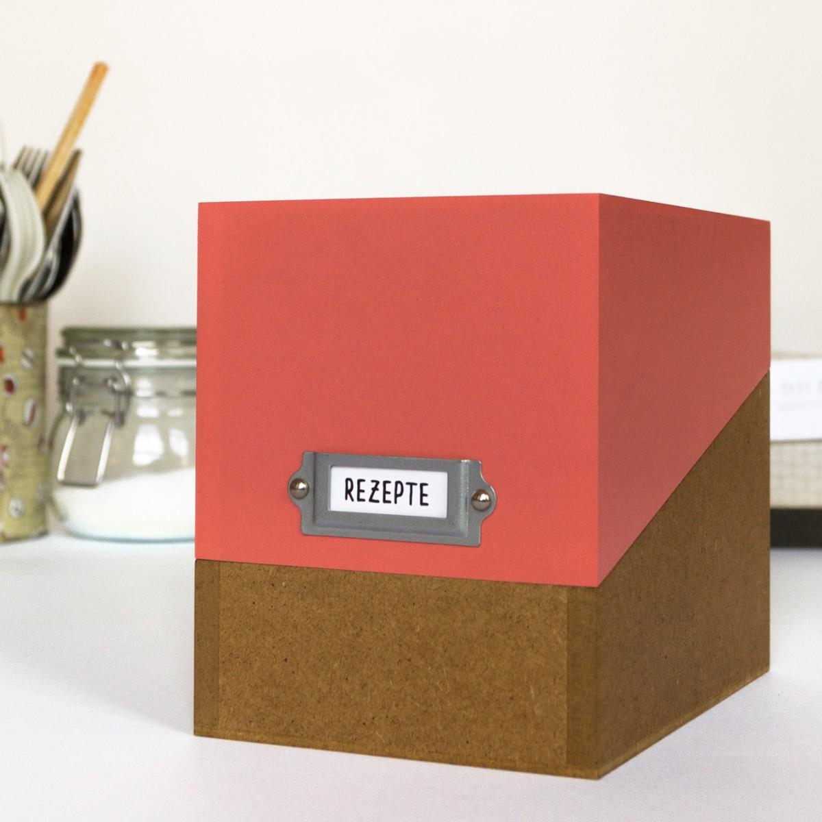 sperlingB – Rezeptbox, koralle, Karteikartenbox mit Metallschild  für Rezepte