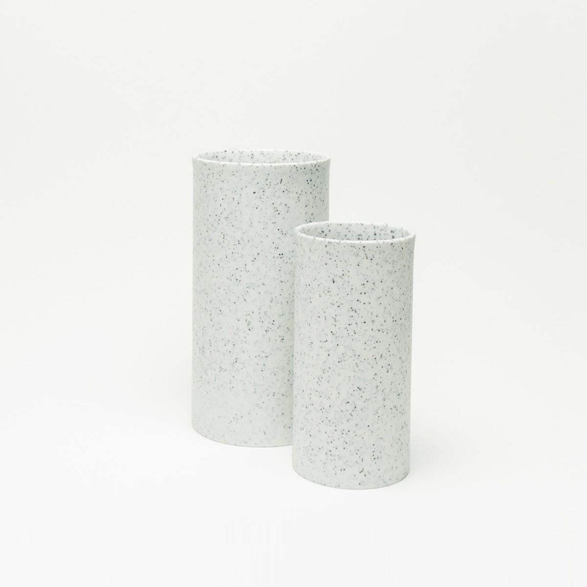 Rimma Tchilingarian – The Tactile  Vase – Handgemachtes Porzellan, weiß – mit schwarzen Glausurpunkten