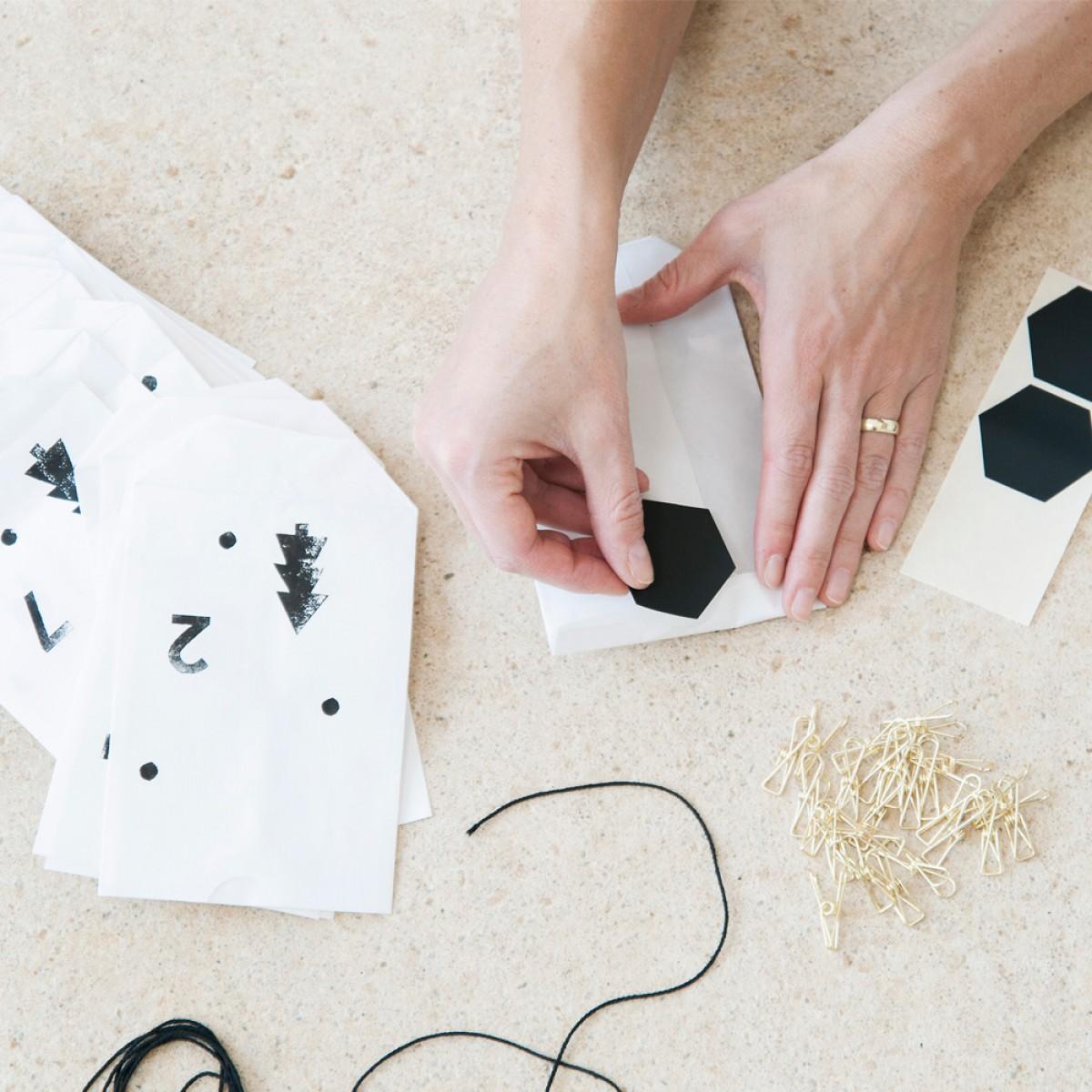 tinyday adventskalender aus papier bestempelt zum aufh ngen. Black Bedroom Furniture Sets. Home Design Ideas
